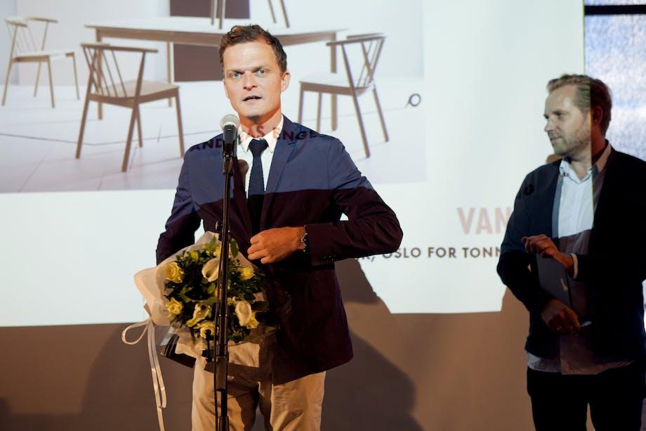 Prisen for Årets møbel ble delt ut av Knut Hovland