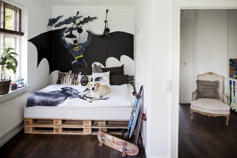 Hver natt holder Batman vakt over sengen til Anton (10). Den rå pallesengen og dyrehodene på veggen gir rommet et tøft preg.