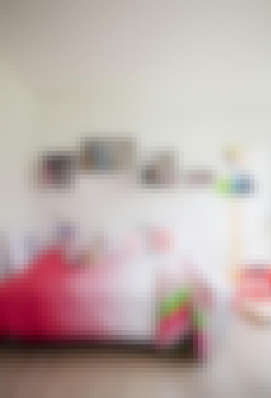Tegneglade Sofia (6) har valgt seg rosa og rødt som signalfarger. Det hele tones ned med hvite vegger og møbler.