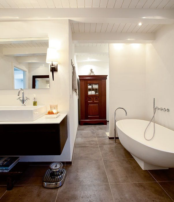 Innred badet med møbler