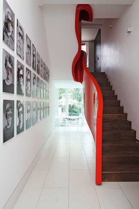 Rødlakkert trapp