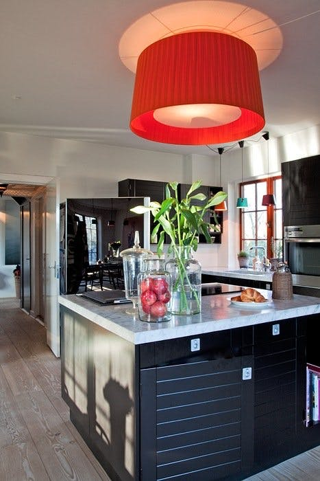 Sort kjøkken i lyst rom