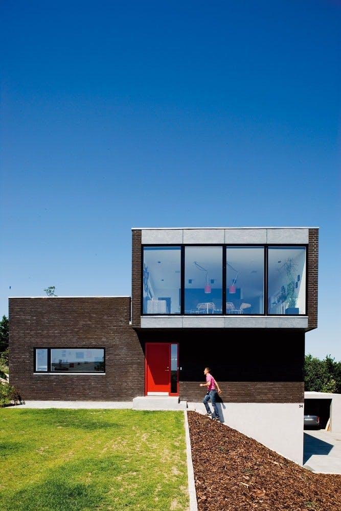 Hus med rød dør