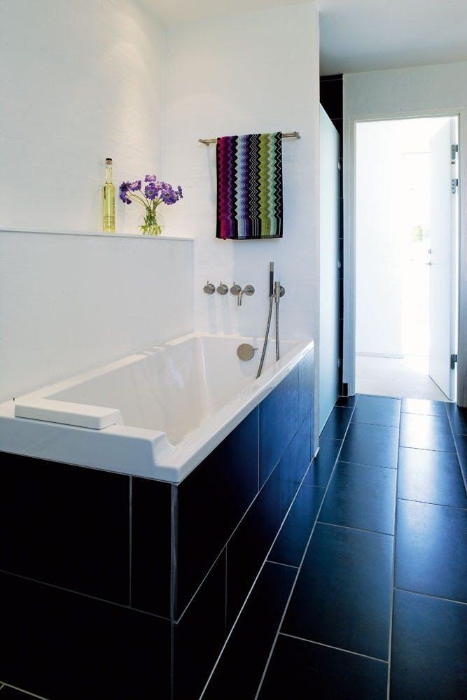 Sorte fliser på badet