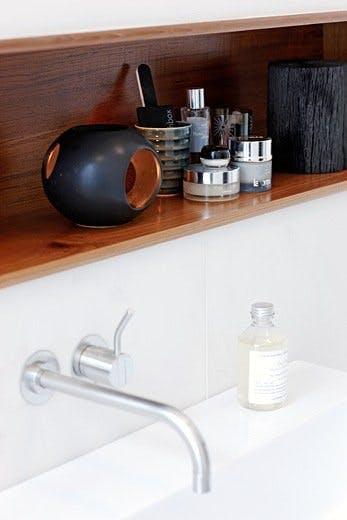 Teak og marmor på badet