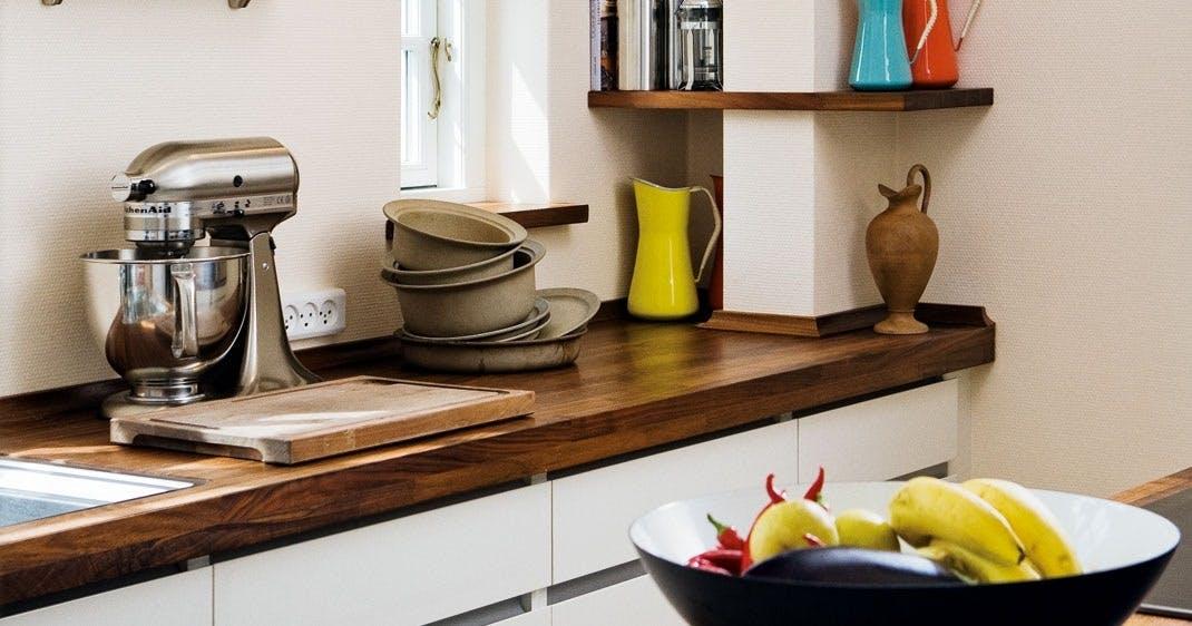 Kjøkkenhyllene og benkeplaten