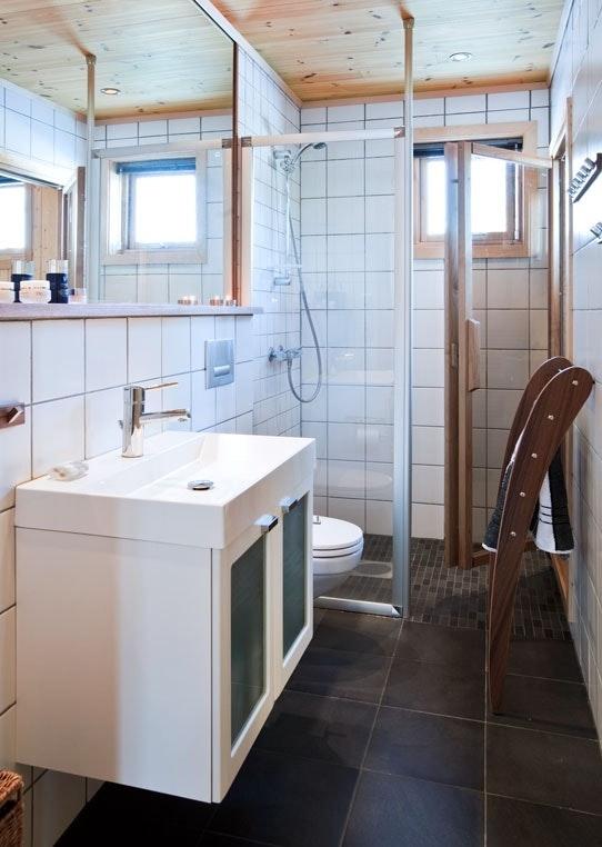Badet har dusj og varmekabler
