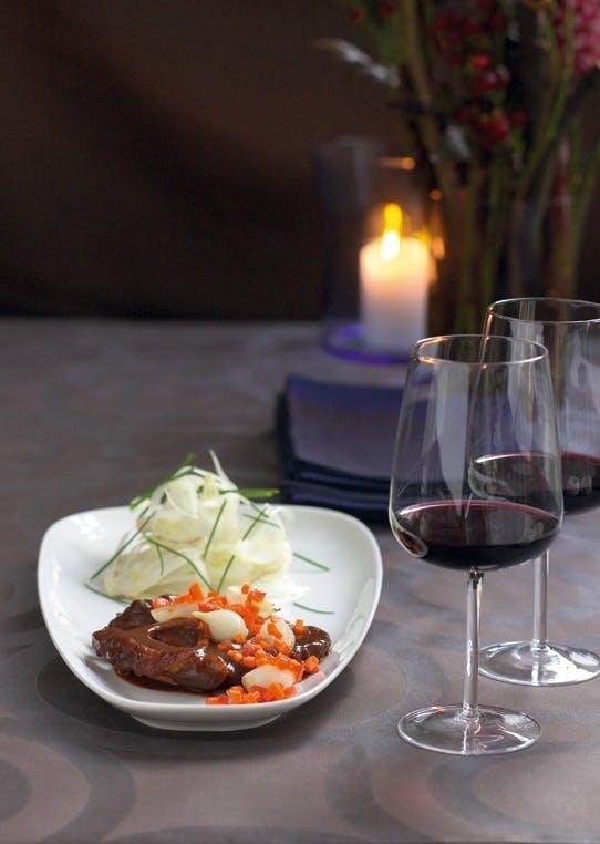Urtebrassert kalveskank i egen saus med sprø grønnsaker og fennikelsalat.
