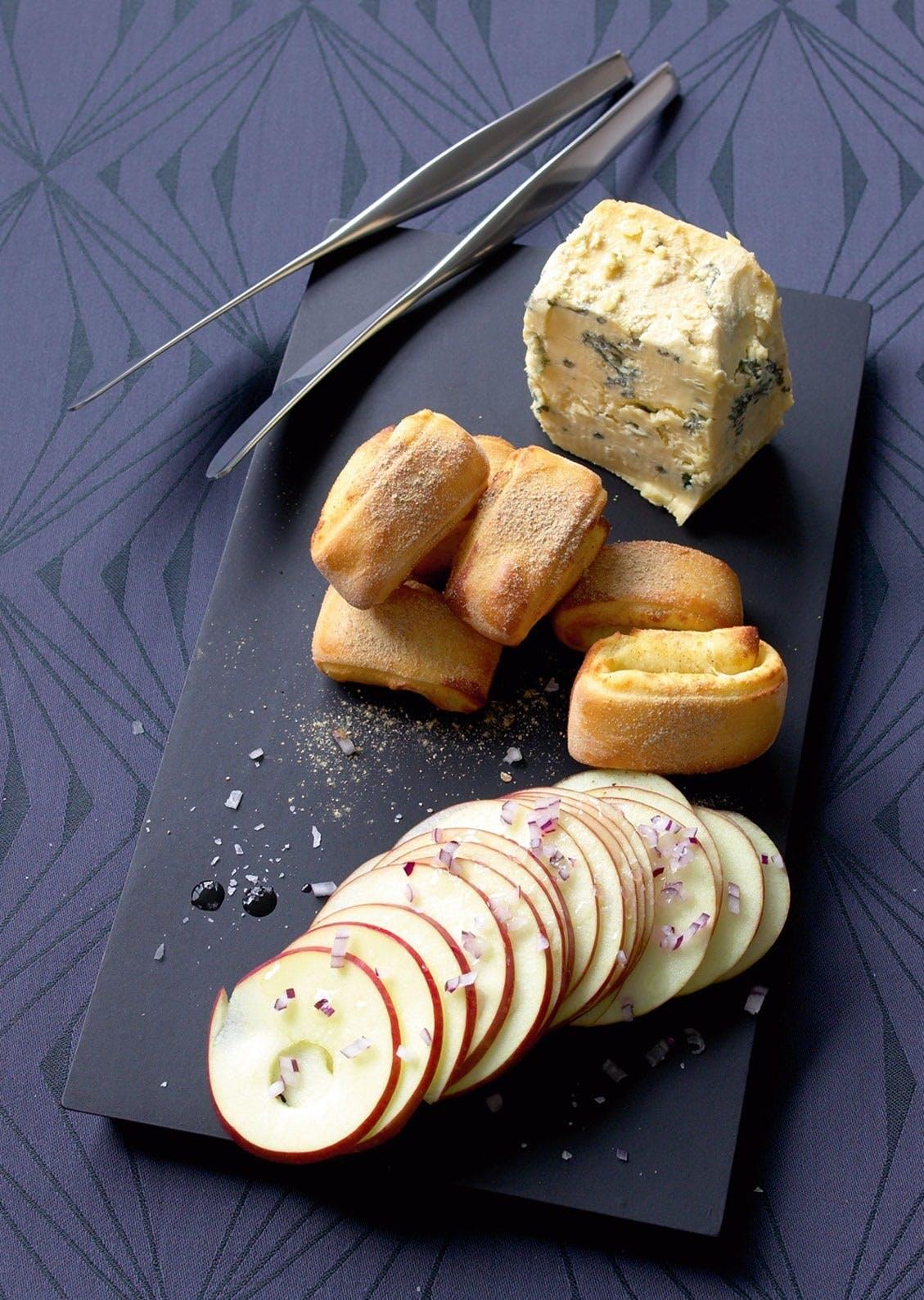 Blåskimmelost og hjemmebakte småbrød med tørket steinsopp og eplesalat
