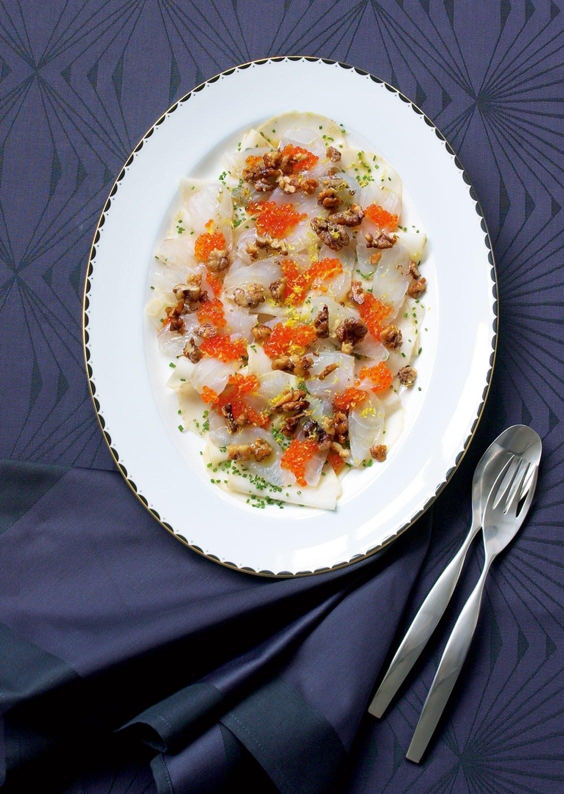 Sukkersaltet torsk med gylne valnøtter, ørretrogn og saltet selleri