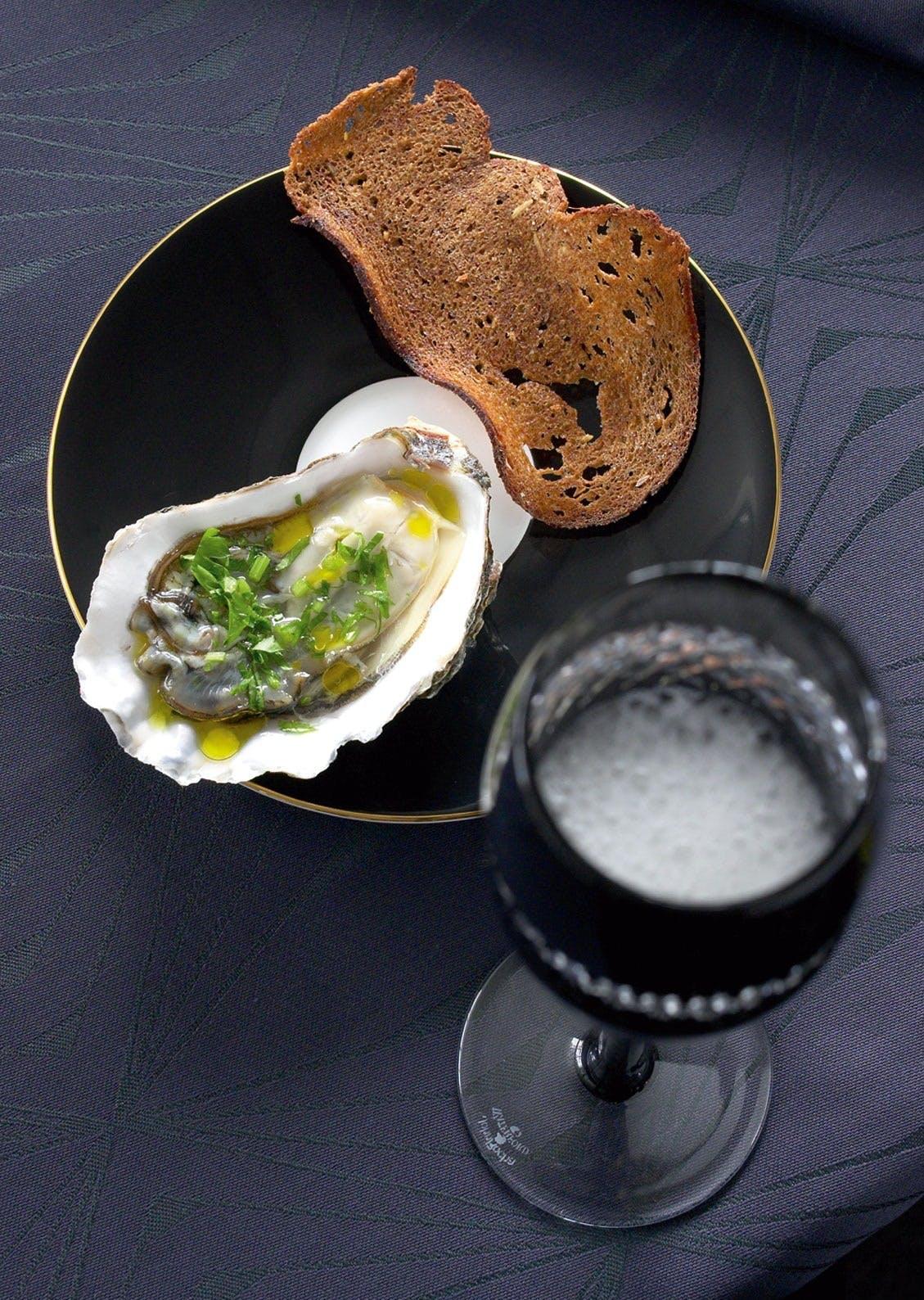 Østers med sitron, persille og rugbrødflak