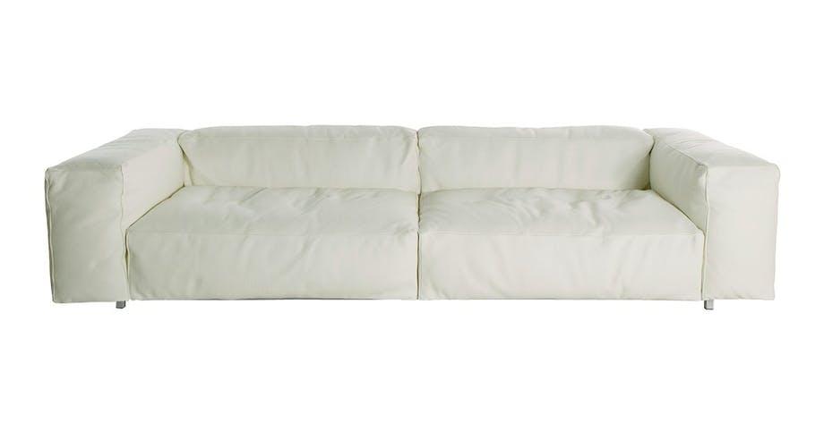 Vi har kun valgt én enkel sofa i hvitt lær,