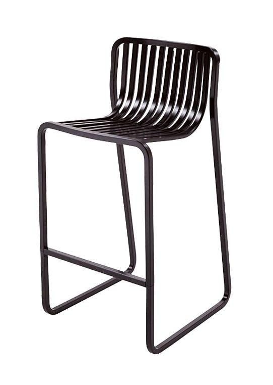 Den høye, sorte barstolen