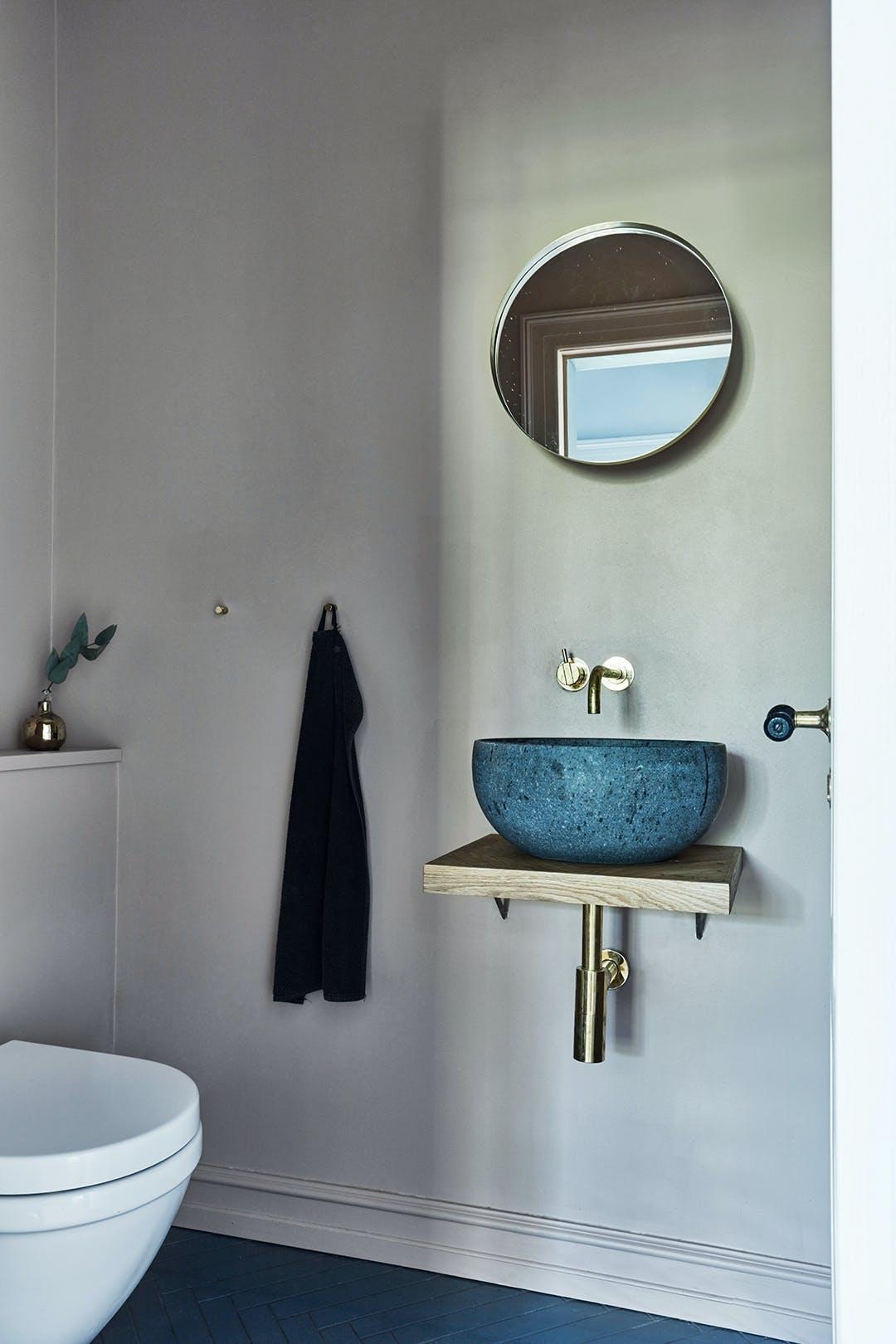 Gæstetoilet lavasten håndvask messing armatur