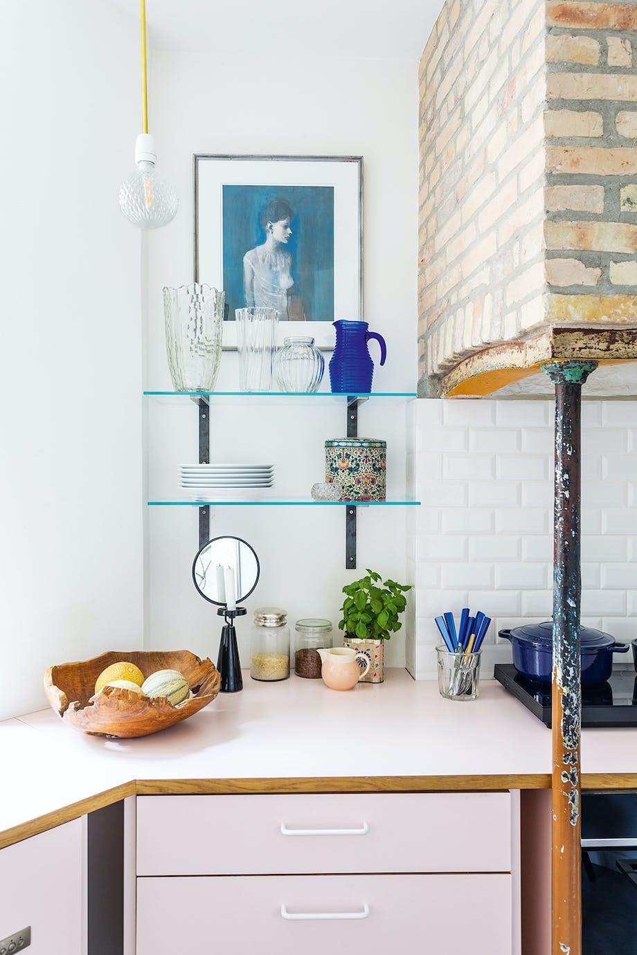 Køkken mursten ildsted kande glas kunst lyserød