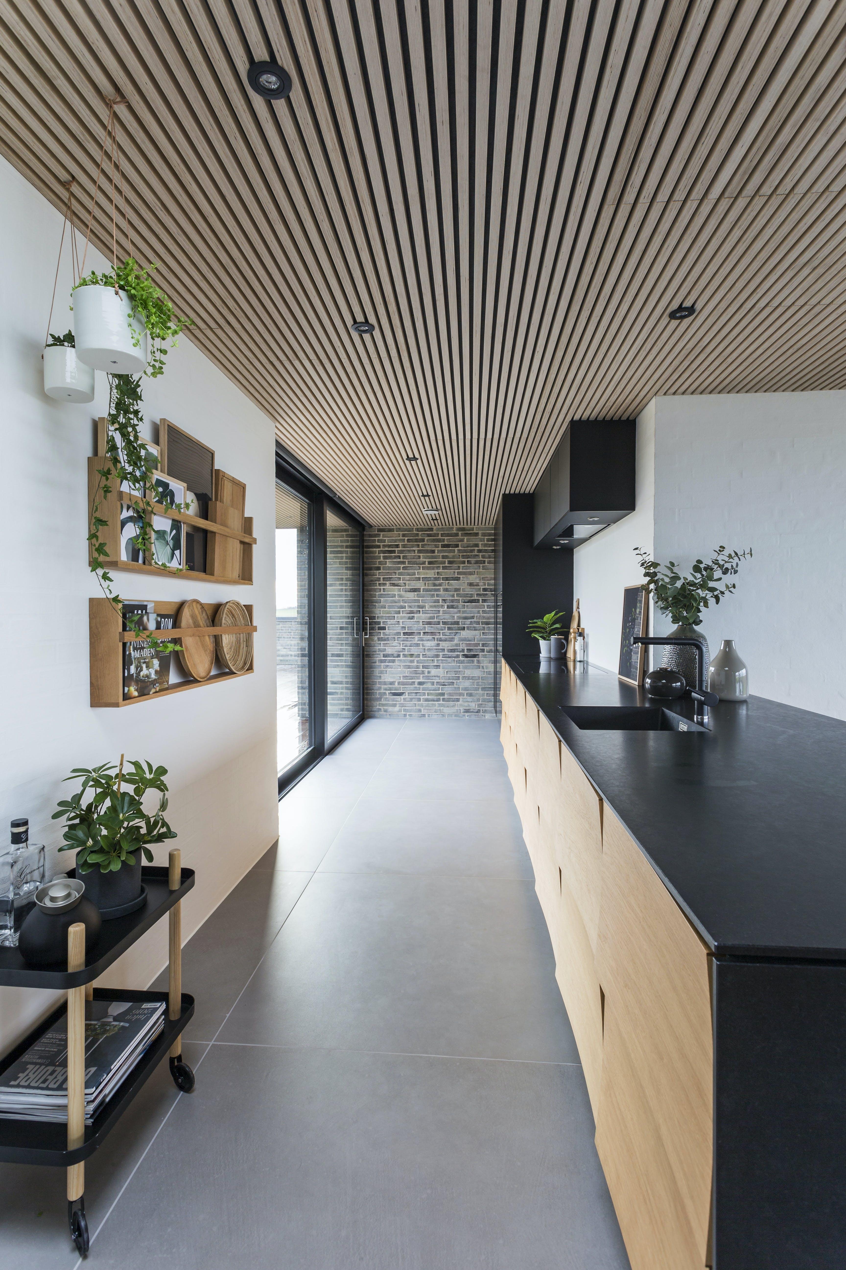 Sommerhus køkken træ mørkt granit