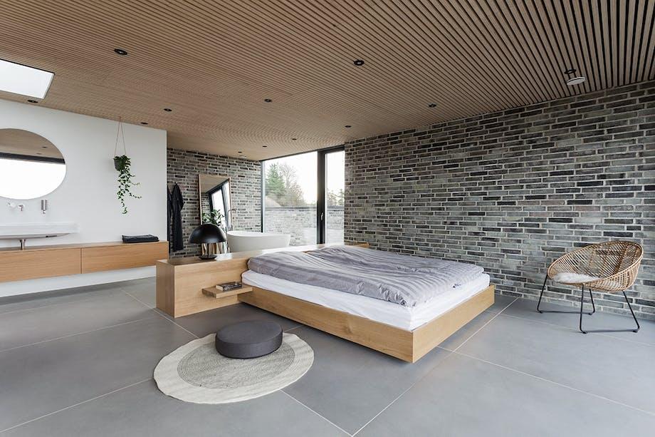 sommerhus badeværelse soveværelse murstensvæg