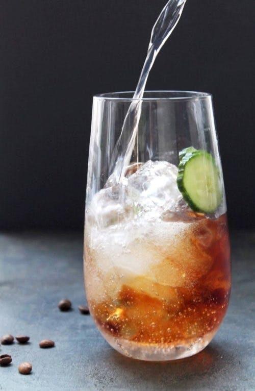 Vår G&T med kaffe er stylet i Bubble-glass fra Broste Copenhagen.
