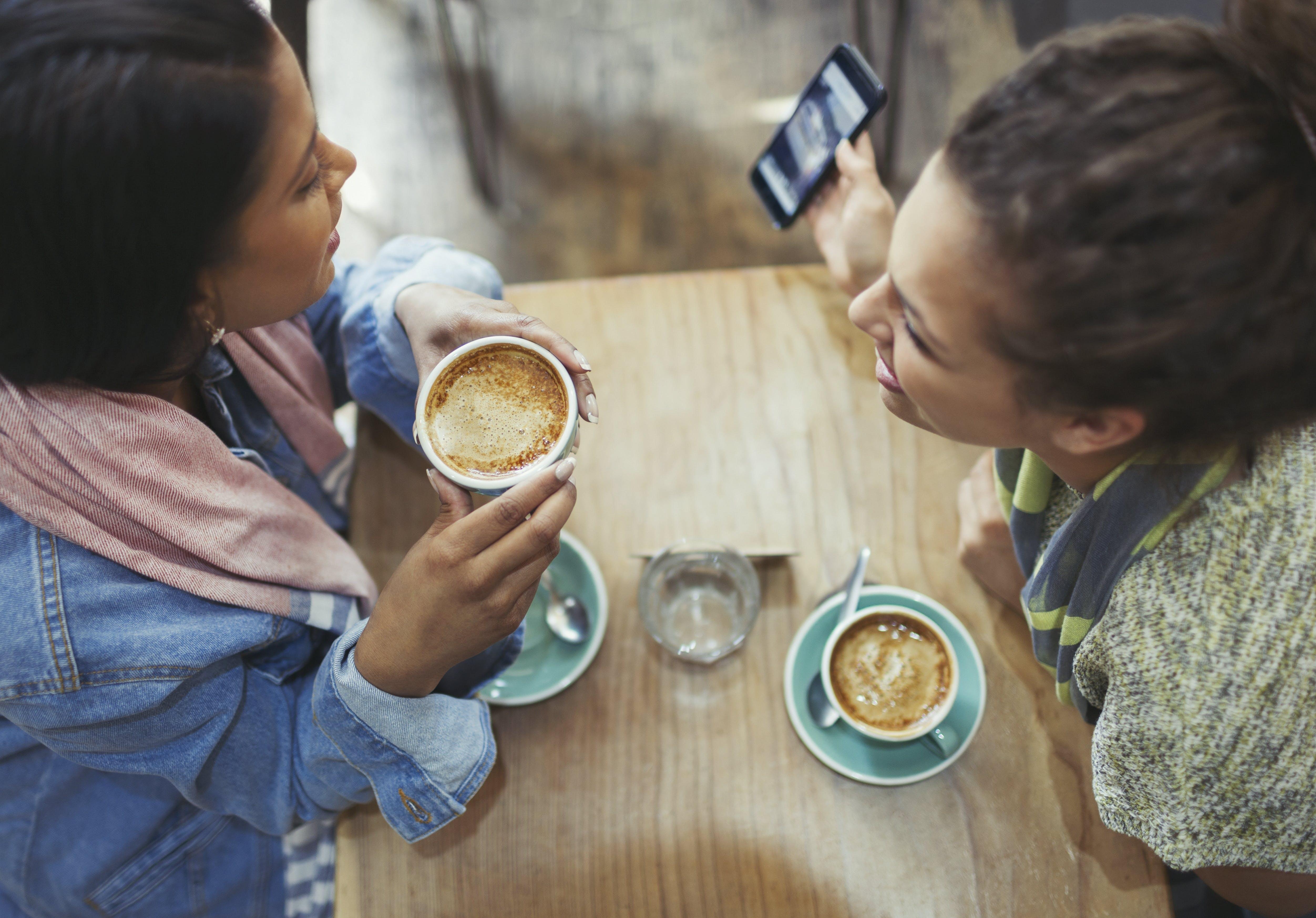 Venner som drikker kaffe
