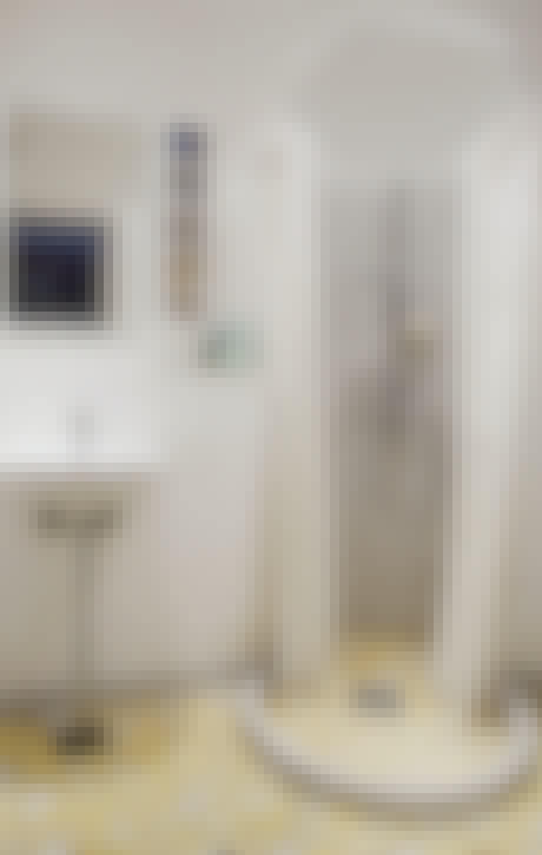 Indret med fliser på badeværelset