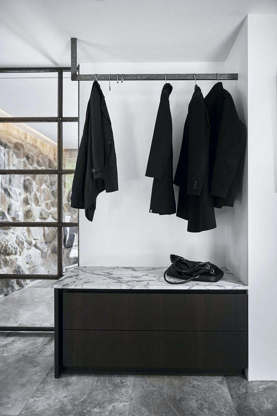 Garderobe i sort fladstål