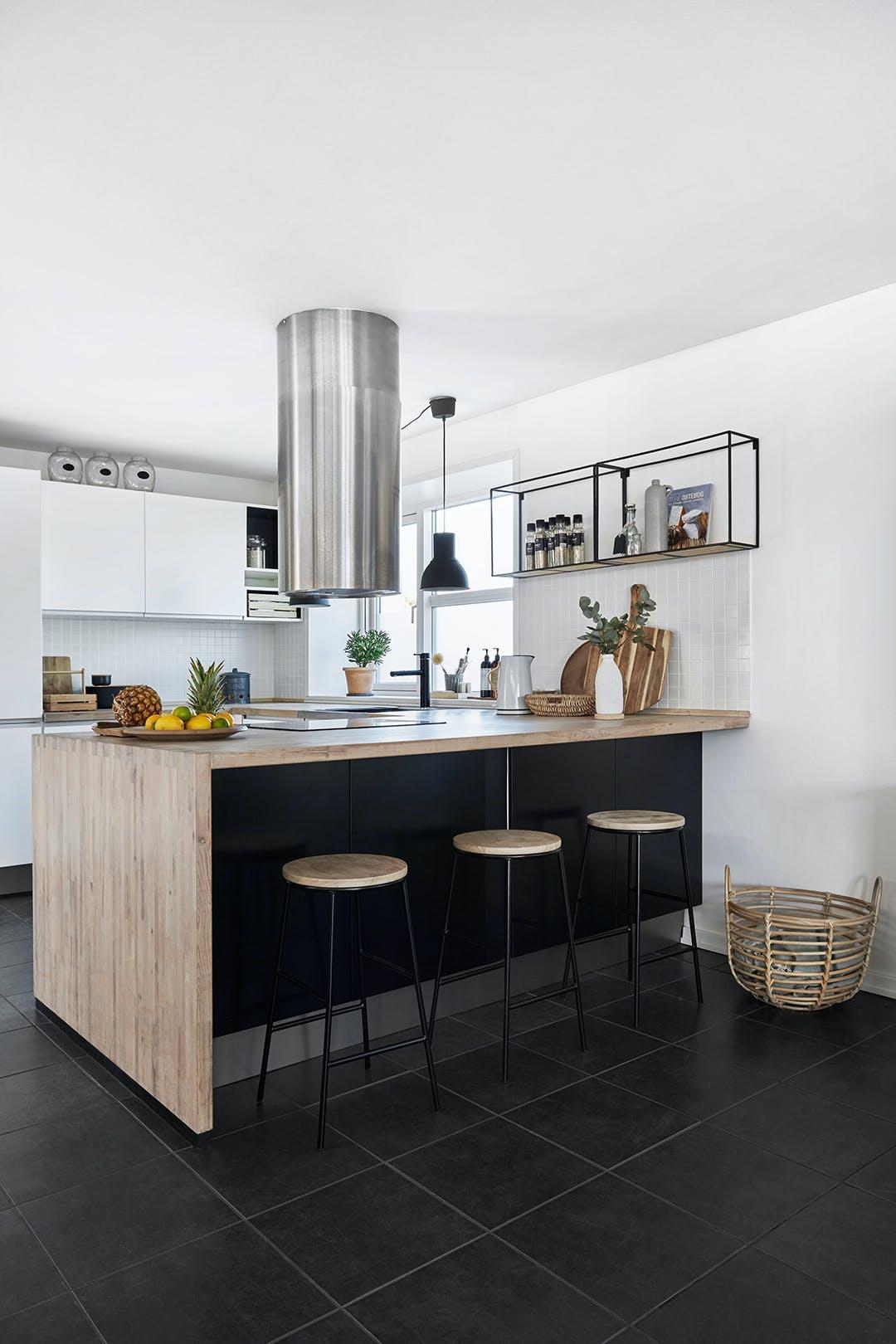 Stilrent køkken fra IKEA fer og not-samling i bordpladen