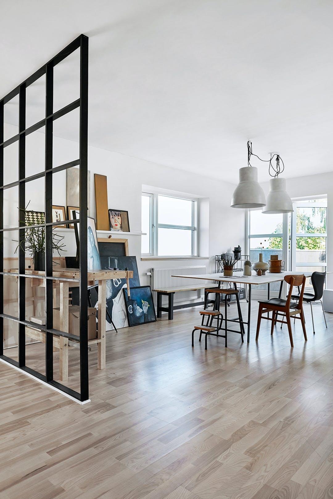 Atelier tidligere stue vinduesvæg lamper fra IKEA