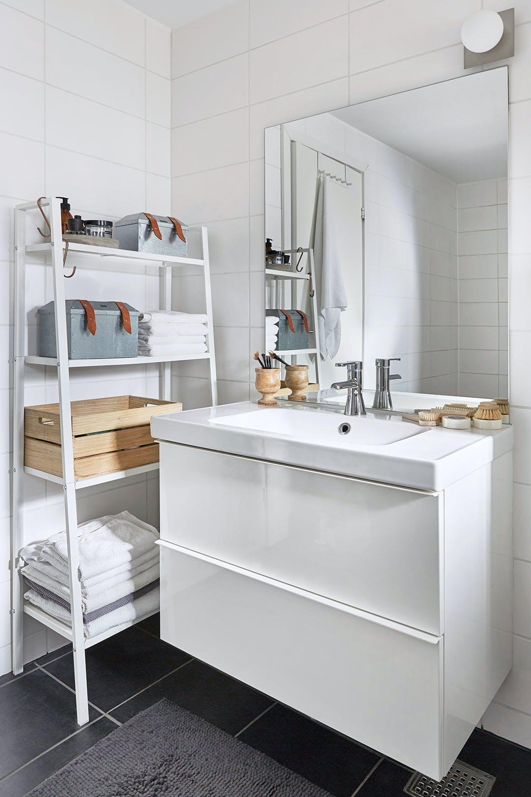 Badeværelse vask og armatur og reol er fra IKEA