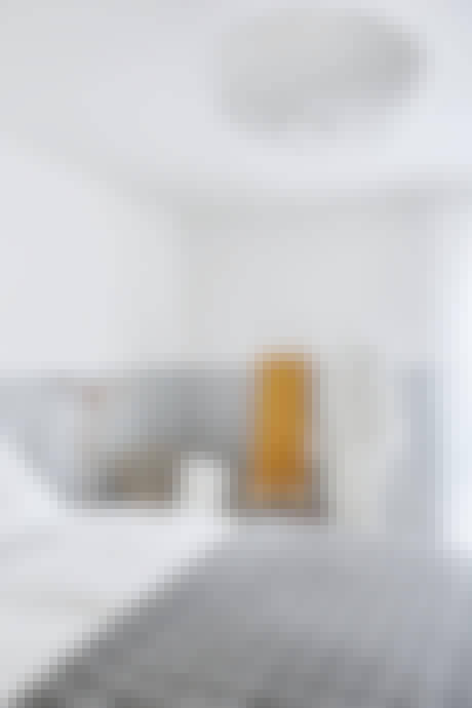 soveværelse minimalistisk nordisk stil Sengetæppe fra HAY stol og tøjstativ IKEA
