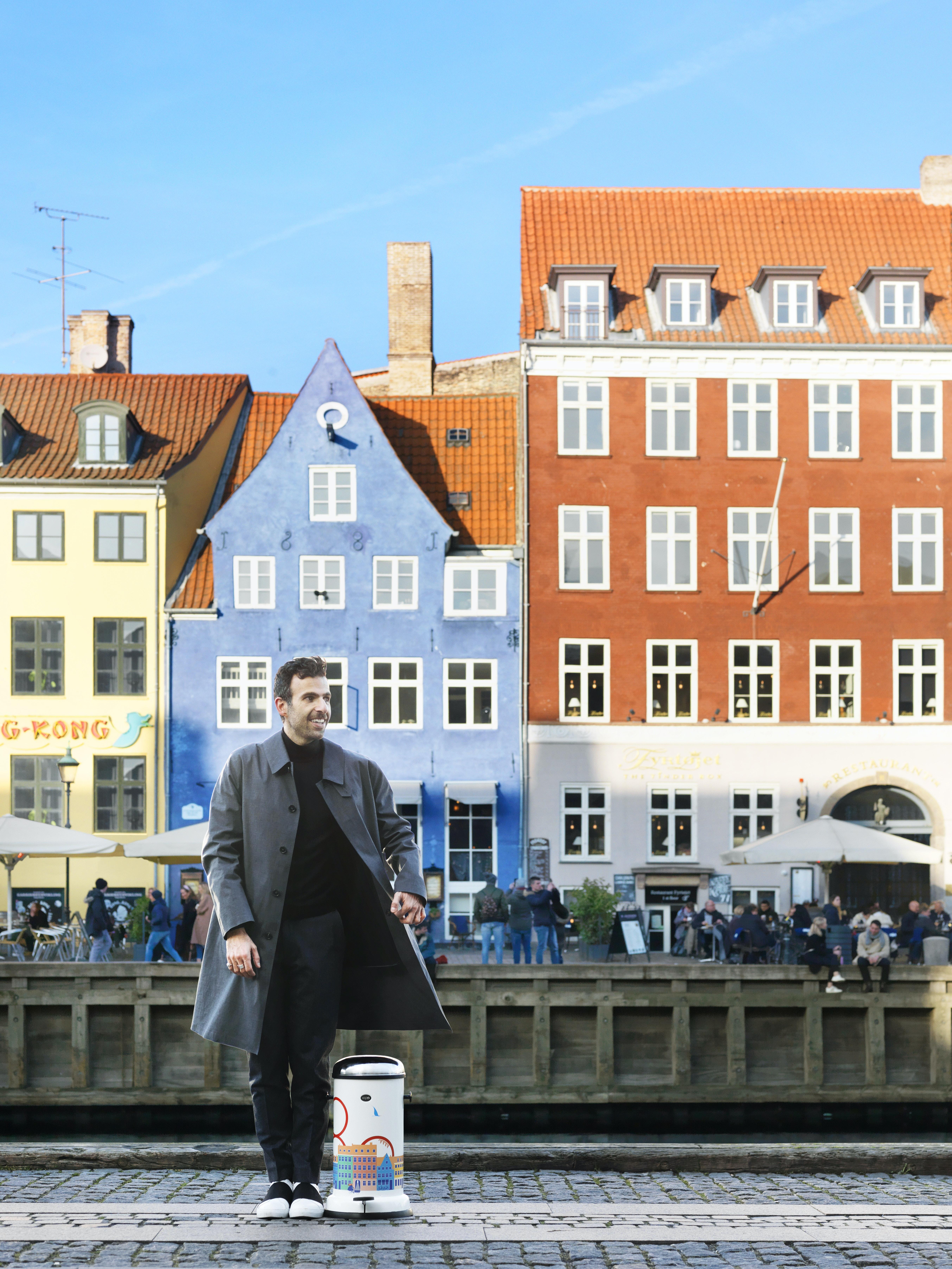 Den franske kunstner Vahram Muratyan har lavet en Vipp pedalspand med illustration der hylder København