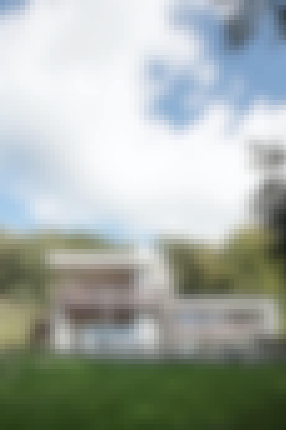 Hvidt 70'er hus i to etager bakketop Vedbæk