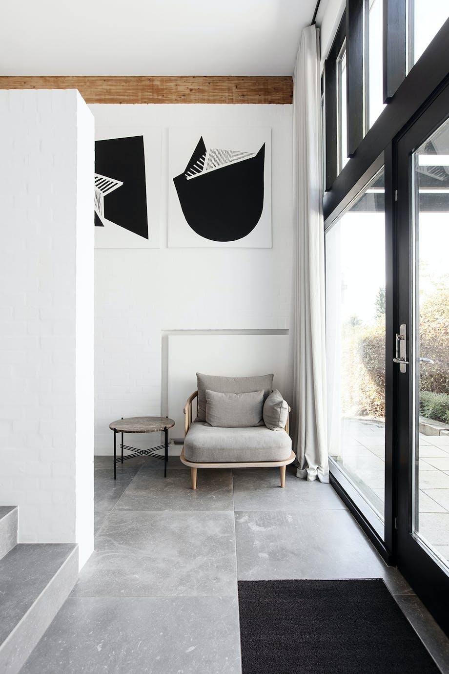 Entre grå lænestol &Tradition grå keramiske fliser