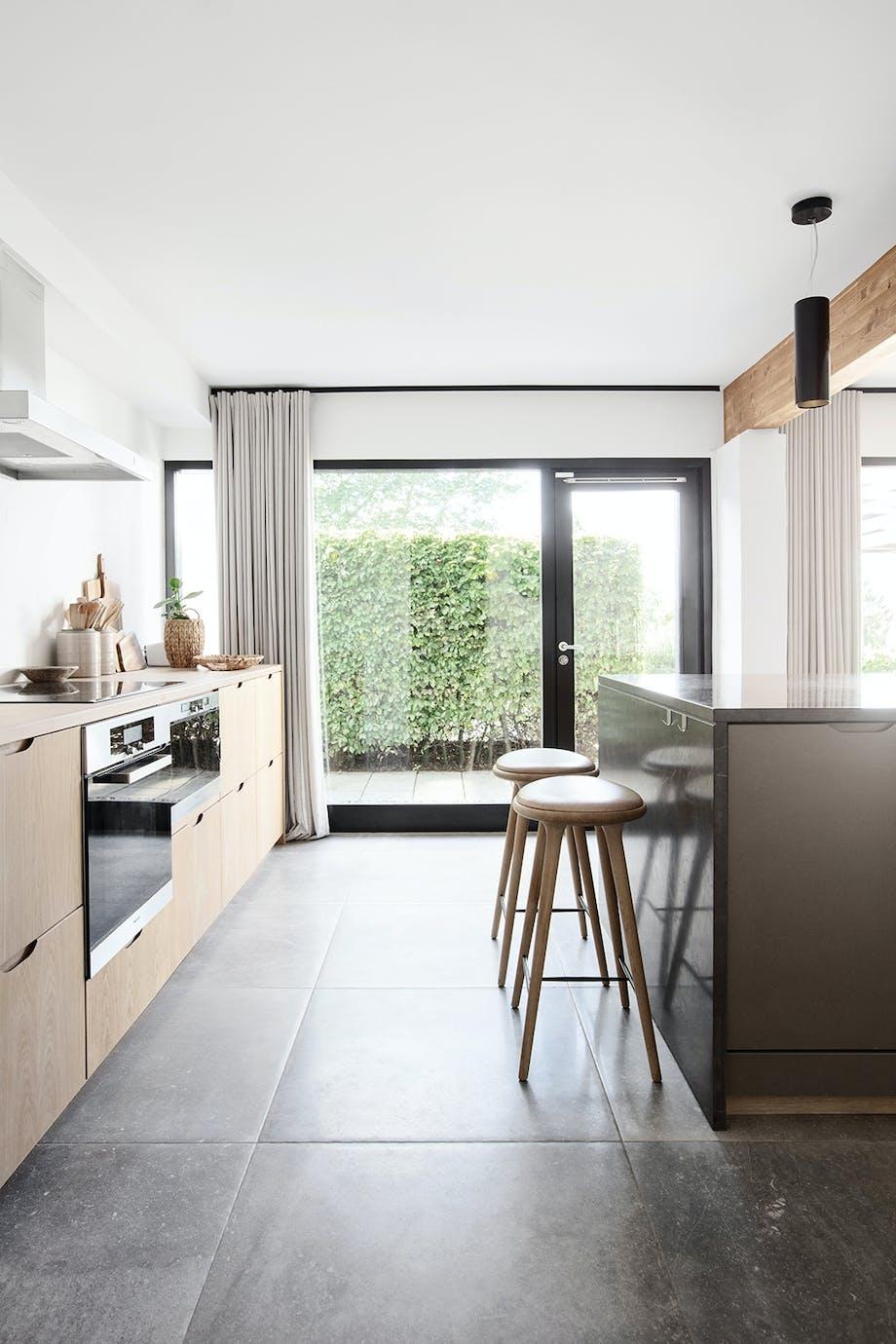 Køkken i eg marmor køkken-ø gardiner i hør