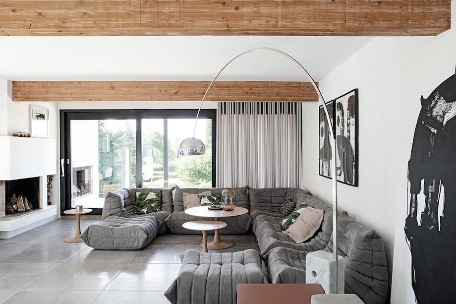 Stue 70'er stil Togo-sofa fra Ligne Roset pejs Trsse-bord Nanna Ditzel