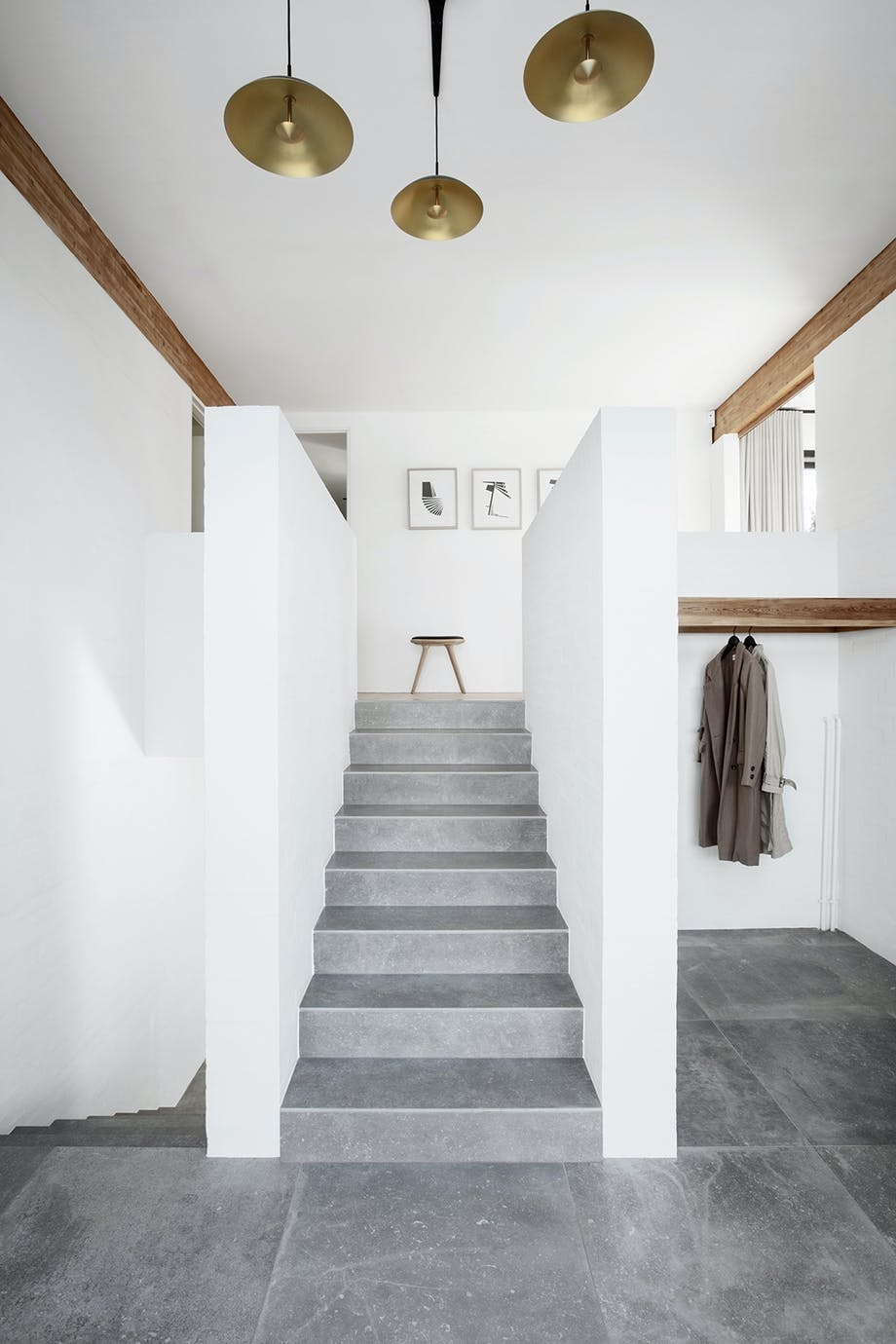 Entre loftsbjælke grå keramiske gulvfliser