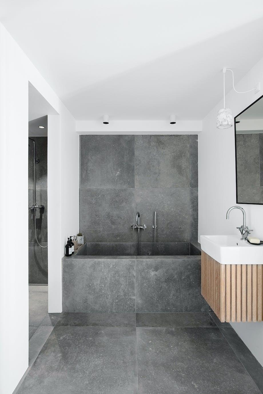 badeværelse grå keramiske fliser hjemmespa badekar