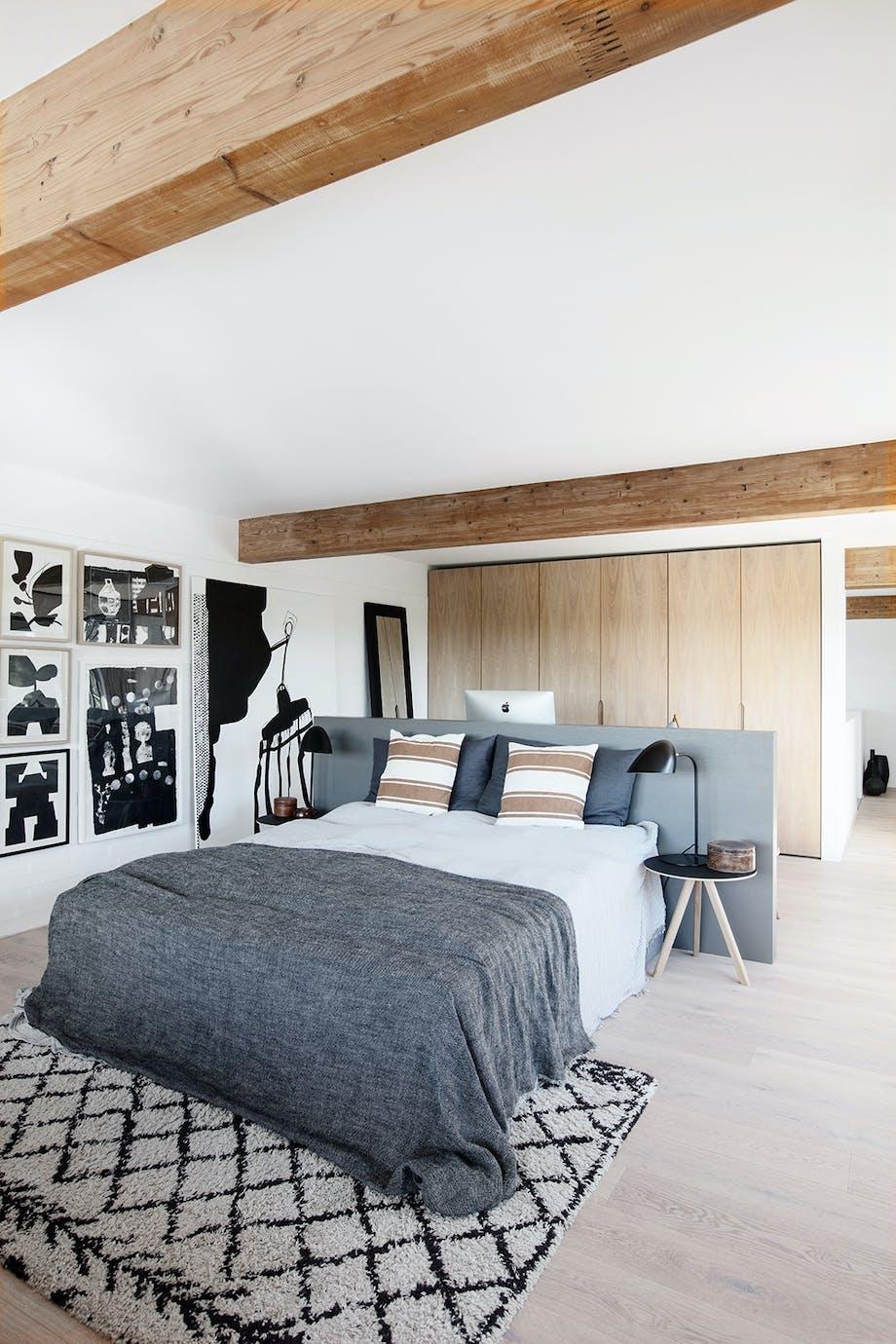 Soveværelse sengegavl som rumdeler loftsbjælke Gulvtæppe fra Marokko