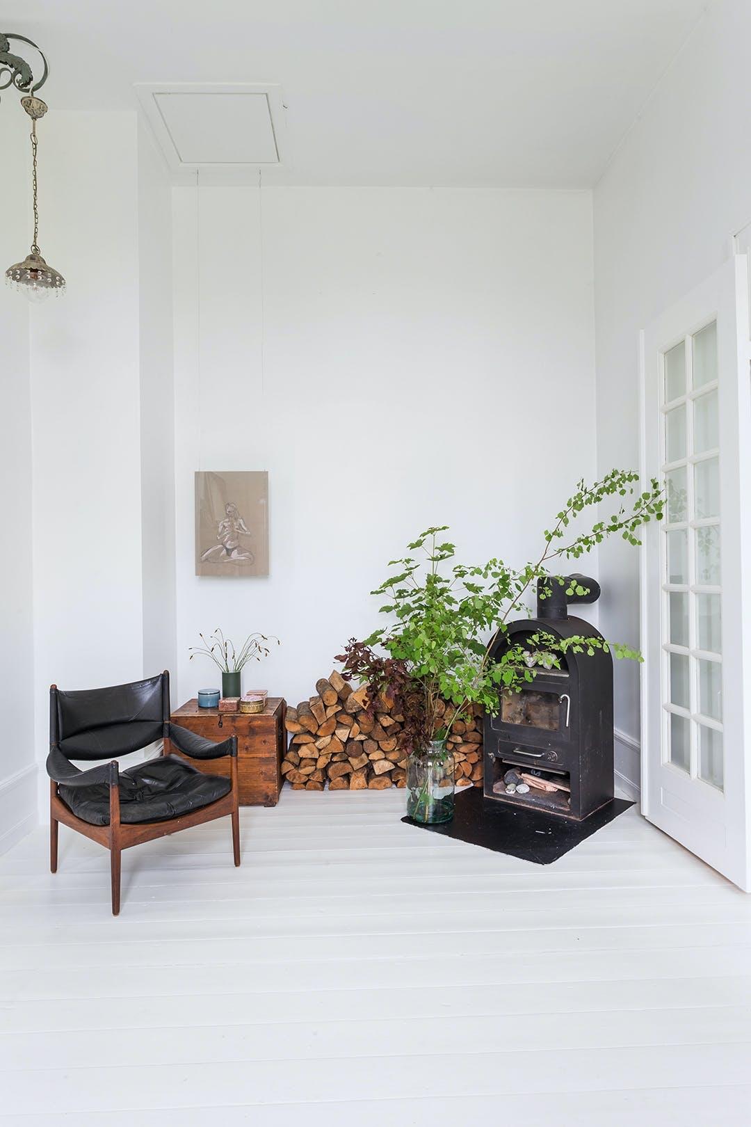 stue lænestol brændeovn højt til loftet