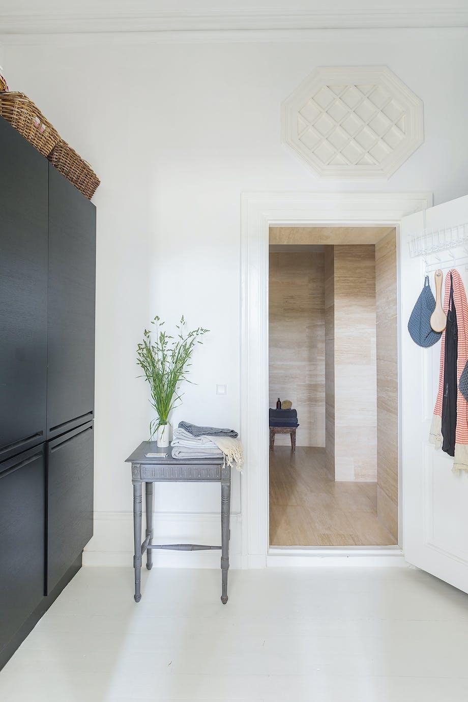 kig til badeværelse Skabe og bord Box One lyst