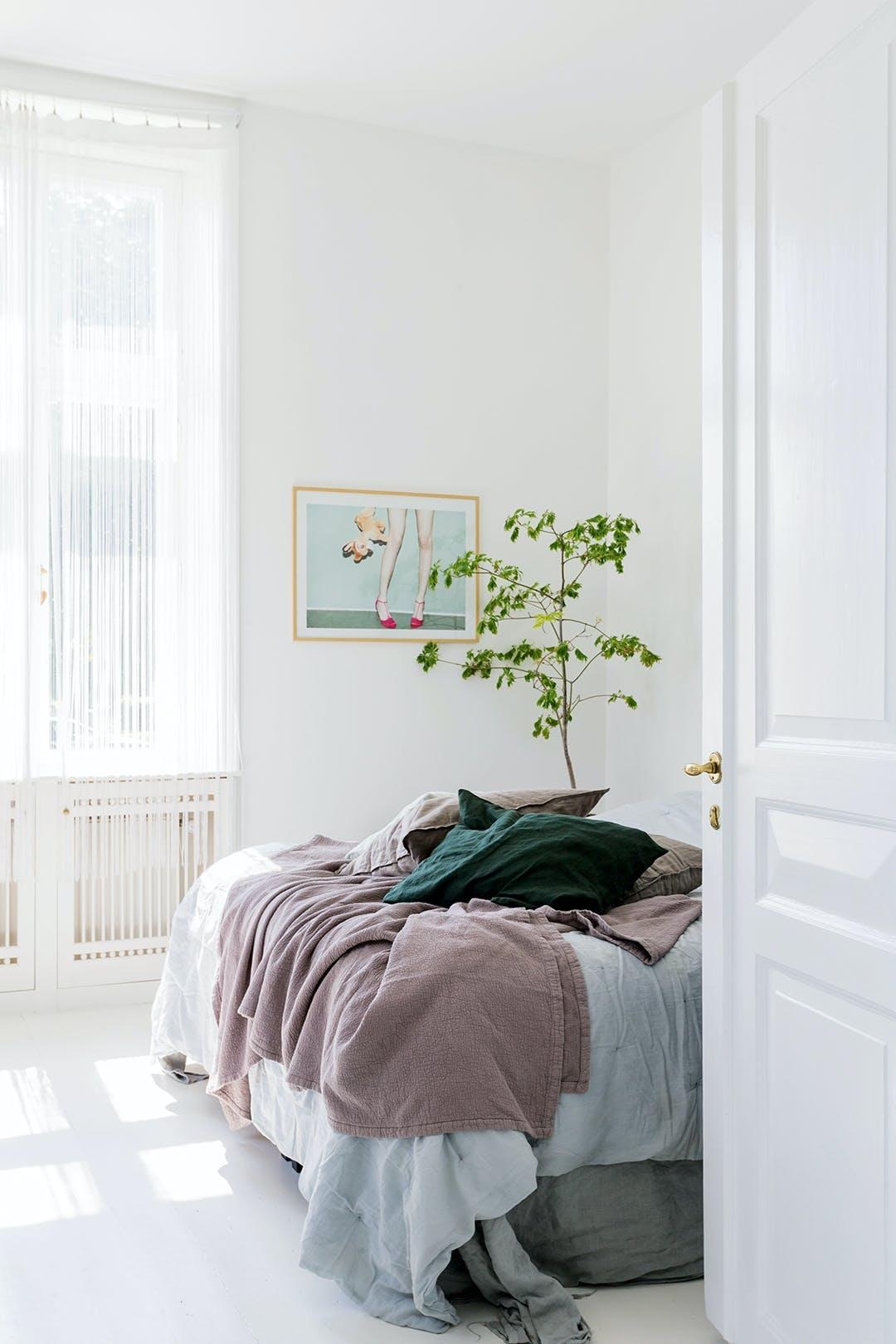 Lyst soveværelse med dejligt lysindfald Puder og sengetøj er fra IKEA og Broste Copenhagen