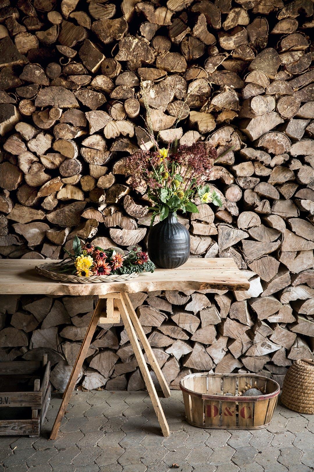brændevæg brændestabel træbord blomsterbuket