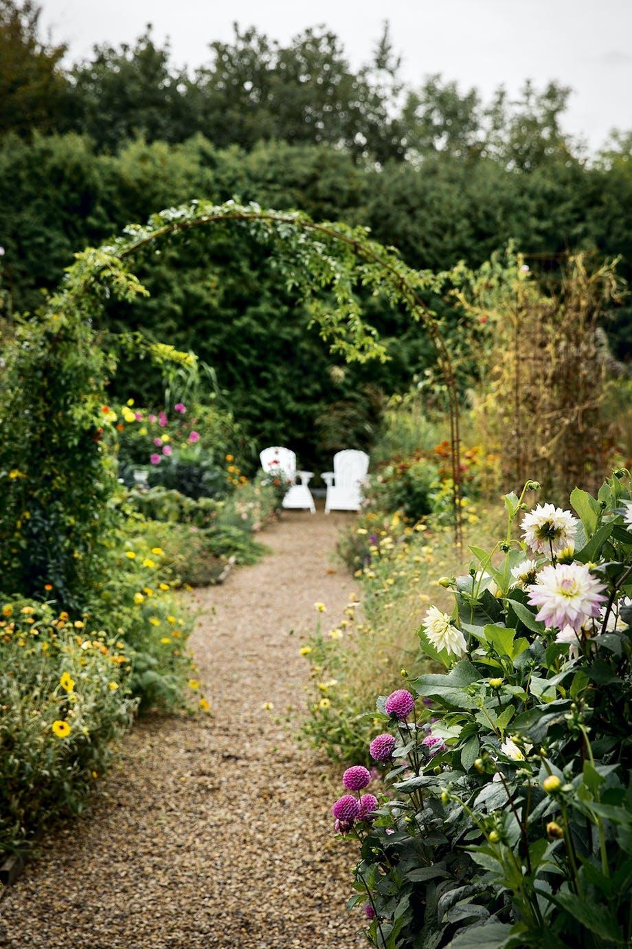 køkkenhave hvide havemøbler blomsterbed