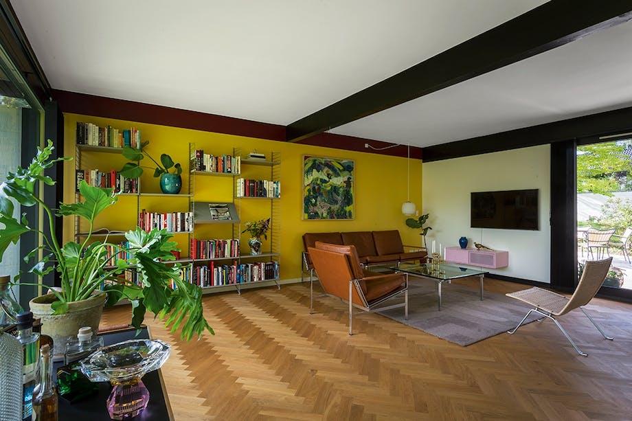 60'er stue farvet væg sildebensgulv dansk design