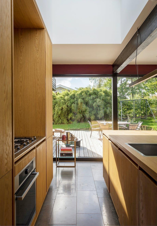 Snedker køkken i egetræ ovenlys 60'er villa