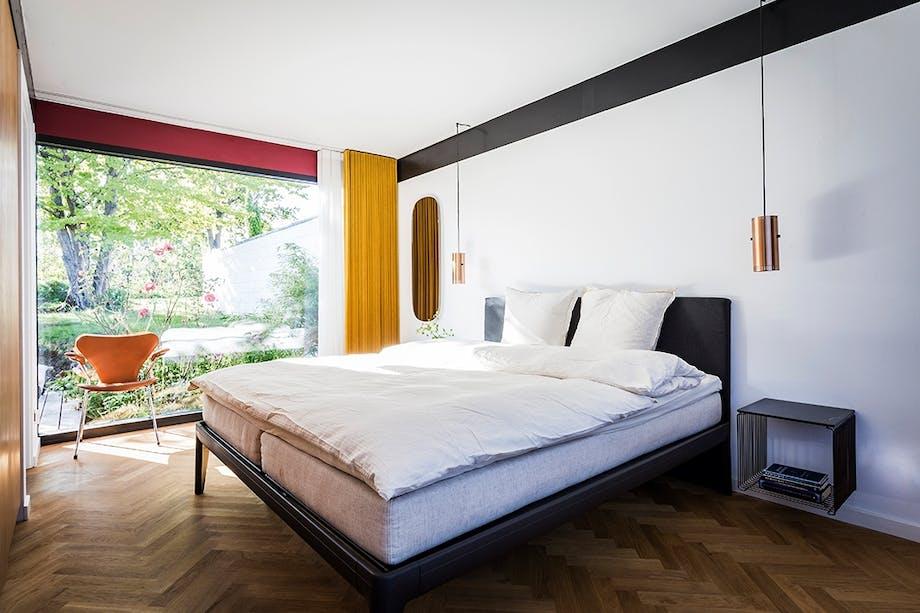 Soveværelse Arne Jacobsen dansk design 60'er villa tunge gardiner