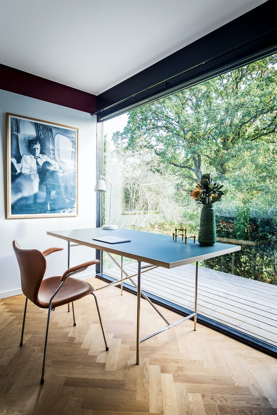 Hjemmekontor dansk design stol stort vindueparti
