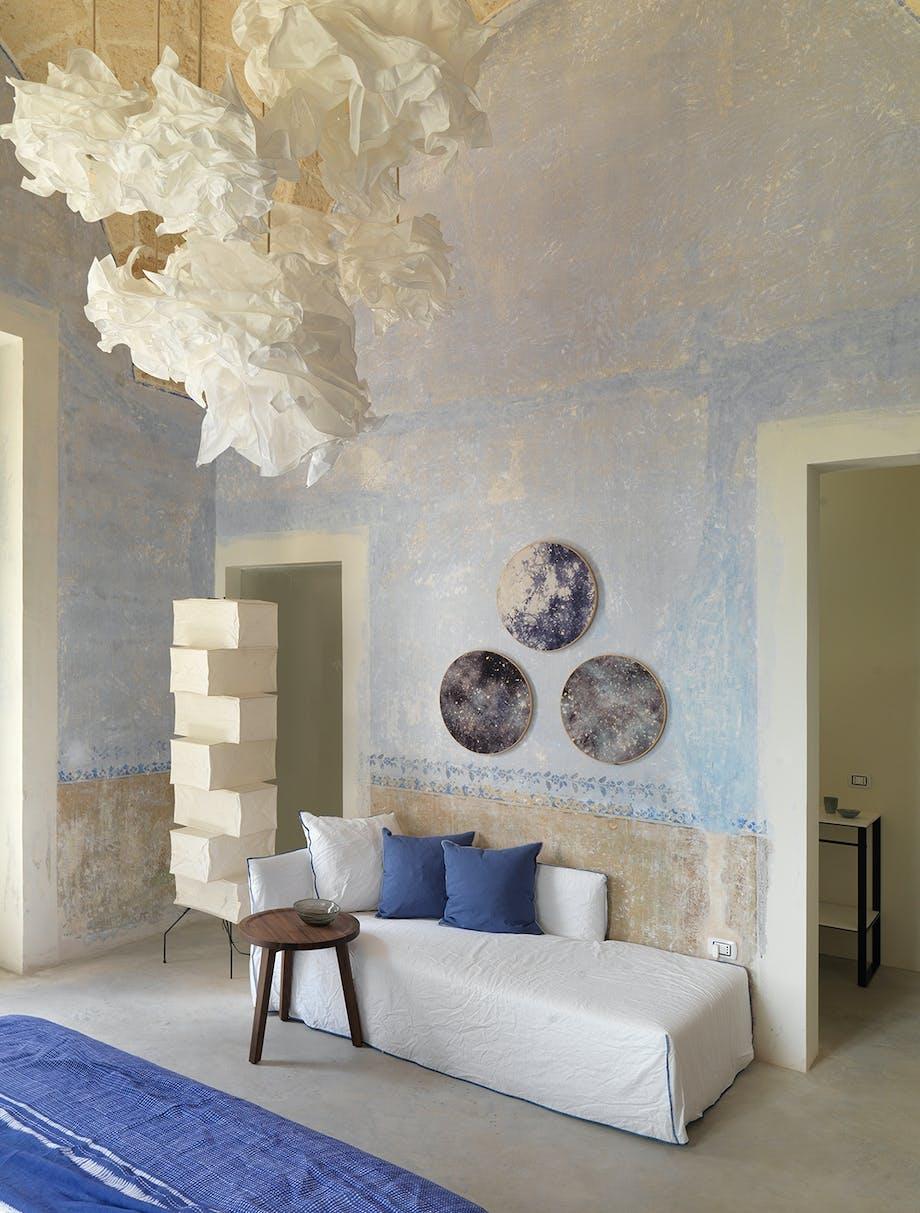 gæsteværelse blålige vægge pendler fra IKEA gulvlampe Akari