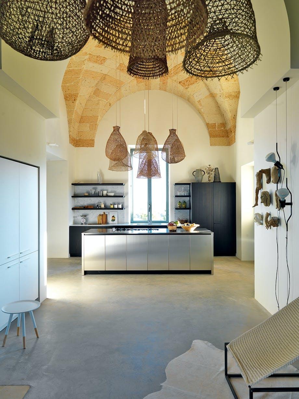 stål køkken med rustik loft