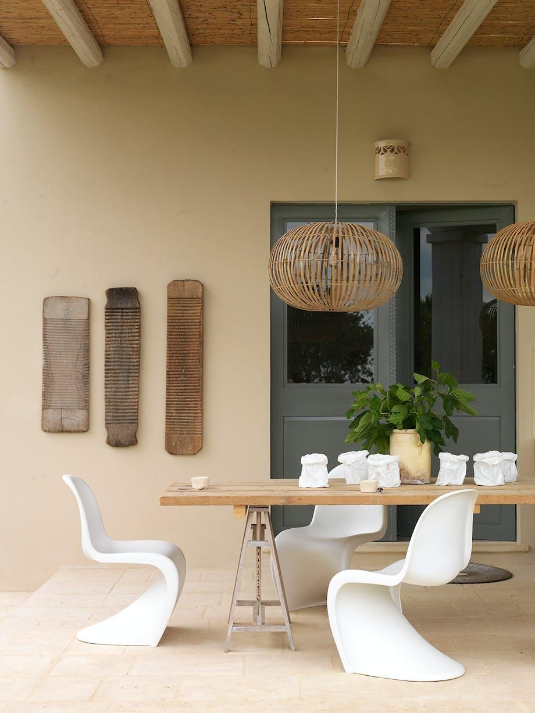 hyggelig spisekrog Vitra-stole af Verner Panton råt spisebord