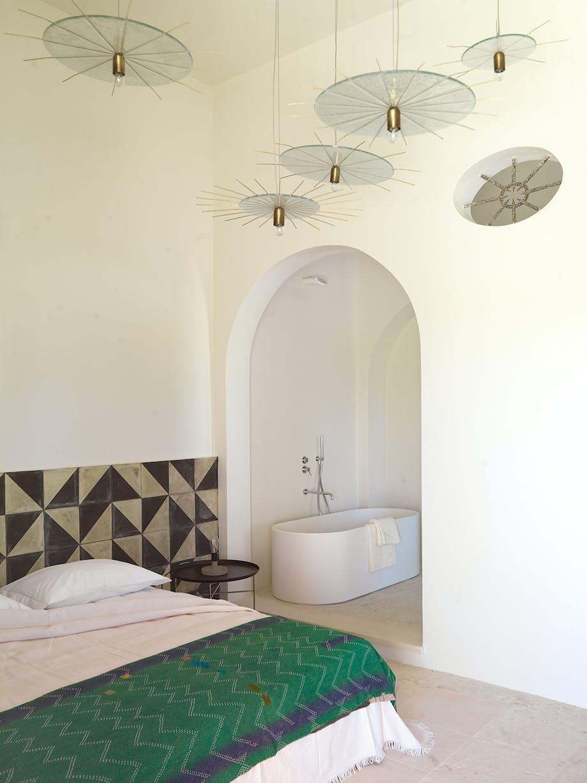Soveværelse med grafiske detaljer elegant lysinstallation